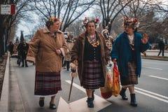 Varna, Bulgarije, 26 Maart, 2016: Tradicional geklede hogere vrouwen Stock Foto's