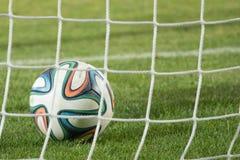 Varna, BULGARIJE - MEI 30, 2015: De Wereldbekerbal van close-up officiële FIFA 2014 (Brazuca) in het (netto) doel adidas Stock Fotografie
