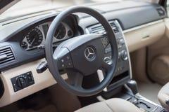 VARNA, BULGARIJE - MEI 19, 2017: Het Binnenland van Mercedes, Stuurwiel Mercedes is een Duits bedrijf Het merk is gekend voor stock foto