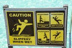 Varna halt när det våta gula tecknet nära trappa in i havet arkivbilder