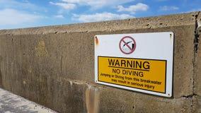 Varna inget dyka tecken på havsväggen royaltyfria bilder