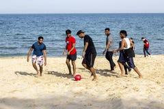 Varna la Bulgaria giovani del 13 maggio 2017 gioca a calcio sulla spiaggia Fotografia Stock Libera da Diritti