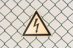 Varna om hög spänning för fara tack vare royaltyfri fotografi