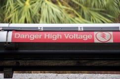 Varna på hög spänning på järnvägsspår Arkivfoton