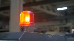 Varnande lampa för fabrik arkivfilmer