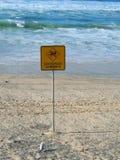 Varnande tecken för farliga strömmar fotografering för bildbyråer