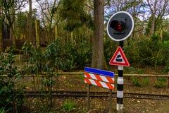 Varnande trafikljus på en järnväg, holländskt varnande tecken royaltyfri foto