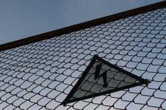 Varnande triangulärt tecken med blixtsymbol på staketet Liv - hota Inget tilltr?de H?gt sp?nningsbegrepp silhouette arkivfoton