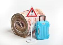 Varnande vägmärke med pengar och resväskan Riskabel tur med kassa fotografering för bildbyråer