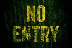"""varning för """"NoEntry† undertecknar in gula brev som målas över den mörka grungy betongväggen med grön mossa royaltyfria foton"""
