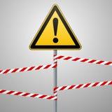 Varning - säkerhet för faravarningstecken En gul triangel med svart bild På polen och de skyddande banden vektor Stock Illustrationer