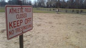 Varning undertecknar in det idrotts- fältet Arkivfoto
