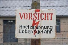 Varning undertecknar in det tidigare koncentrations- och utrotninglägret Auschwitz-Birkenau i Polen Arkivbild