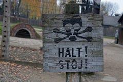 Varning undertecknar in det tidigare koncentrations- och utrotninglägret Auschwitz-Birkenau i Polen Arkivbilder
