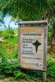 Varning undertecknar in stranden av den Tayrona nationalparken Royaltyfri Foto