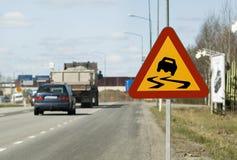 Varning Zeichen für glatte Straße stockfotos
