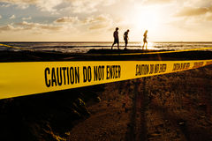 Varningen skriver in inte banret på en strand Arkivbild