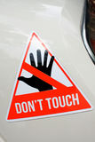 Varningsklistermärke med text Don& x27; t-handlag på objekt royaltyfri foto