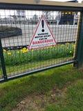 Varningsmotorsporten kan vara det farliga varningstecknet Arkivbild