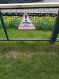 Varningsmotorsporten kan vara det farliga varningstecknet Royaltyfri Fotografi