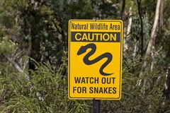 Varningsormen slingrar tecknet Australien Arkivbilder