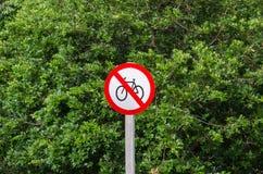 Varningsplatta som förbjudas för att rida en cykel Fotografering för Bildbyråer