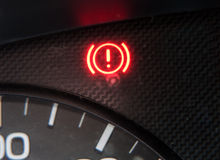Varningssignage på bilinstrumentbrädan Fotografering för Bildbyråer