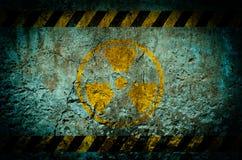 Varningssymbol för kärn- utstrålning på grungeväggbakgrund Royaltyfri Bild