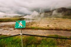 Varningstecken av att inte korsa över repstaketet Varningen av hög temperatur på guld- cirkel turnerar nära geotermiskt område fö Royaltyfri Fotografi