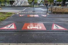 Varningstecken av passagen av en spårvagn i Dusseldorf, Tyskland arkivbilder