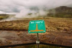 Varningstecken av varm jord Varningen av hög temperatur på guld- cirkel turnerar nära geotermiskt område för stor geyser Ånga kok Royaltyfria Foton