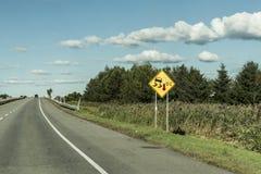 Varningstecken för halt iskallt vägtrans. Kanada royaltyfri fotografi