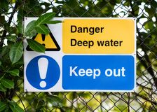 Varningstecken, fara royaltyfri foto
