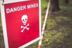 Varningstecken - fara bryter på en skog royaltyfri foto