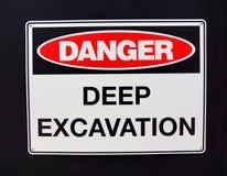 Varningstecken; Fara djup utgrävning fotografering för bildbyråer