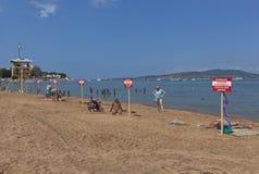 Varningstecken med inskriftvarningen! Ingen simning! Fara till liv på stranden i Gelendzhik Arkivbild