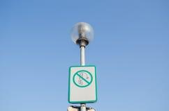 Varningstecken på att skräpa ner gator på gatalampan arkivbilder