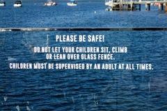 Varningstecken på den Glass balkongen Arkivbilder
