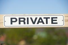 Varningstecken på den utomhus- porten för privat egenskap royaltyfria bilder
