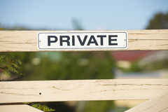 Varningstecken på det utomhus- staketet för privat egenskap fotografering för bildbyråer