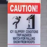 Varningstecken på ett snöig område i vinter royaltyfri foto