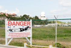 Varningstecken på flygplatsen för Princess Juliana Arkivbilder