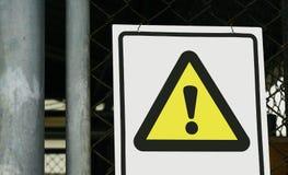 Varningstecken på framdelen av buren Royaltyfri Foto