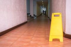 Varningstecken på golvet i hotellkorridor Royaltyfri Fotografi