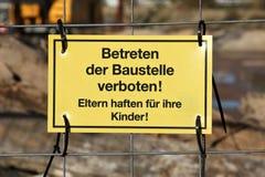Varningstecken på konstruktionslokalen Royaltyfri Foto