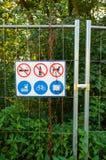Varningstecken på staketet royaltyfria bilder