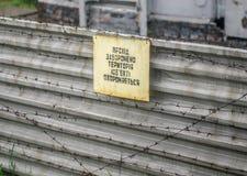 Varningstecken på staketet i Tjernobyl arkivfoton