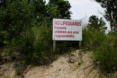 Varningstecken på stranden ingen livräddare On Duty fotografering för bildbyråer