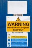 Varningstecken på en konstruktionsplats i en UK-stad Arkivfoton