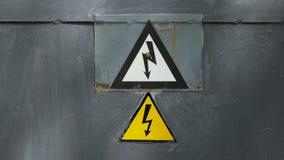 Varningstecken p? faran av elektricitet Tecken p? staketet av kraftverket arkivfilmer